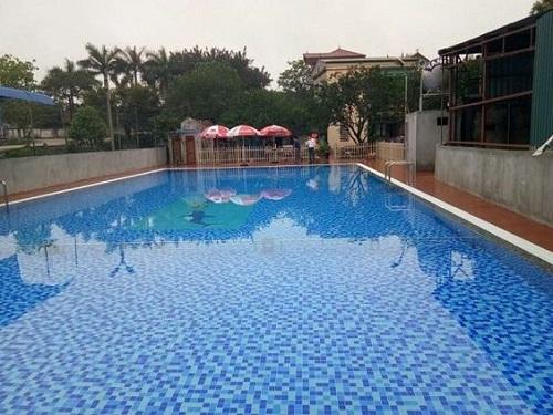 Gạch mosaic thủy tinh màu xanh là sự lựa chọn thích hợp trong bể bơi ngoài trời.