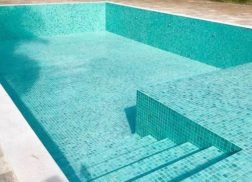 Gạch mosaic thủy tinh màu xanh góp phần tạo nên vẻ đẹp huyền diệu.