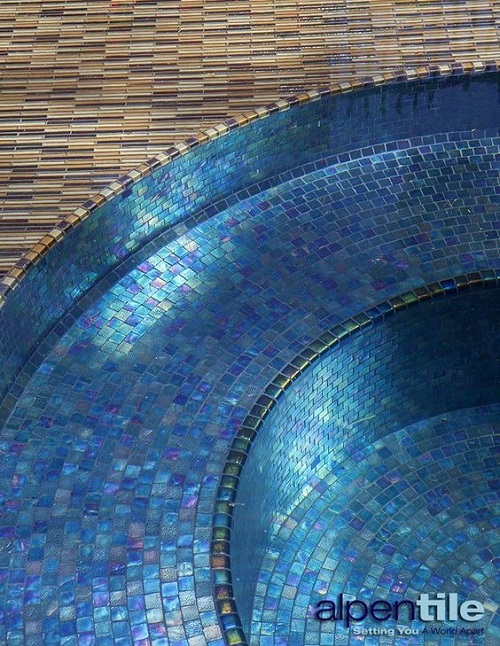 Không có mẫu gạch nào phù hợp với hồ bơi như gạch mosaic thủy tinh