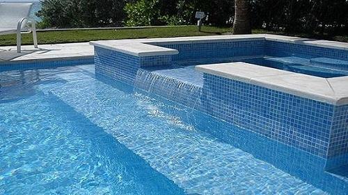 Gạch mosaic thủy tinh màu xanh cho hồ bơi trông ấn tượng