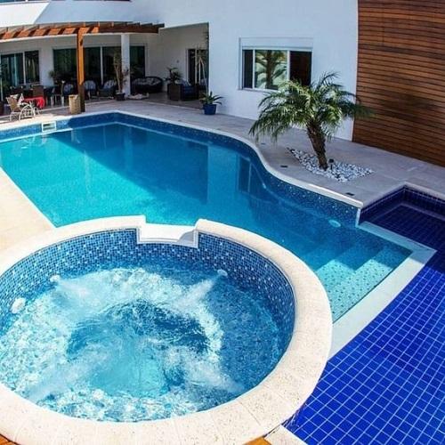 Gạch mosaic thủy tinh màu xanh cho hồ bơi trông nghệ thuật hơn rất nhiều