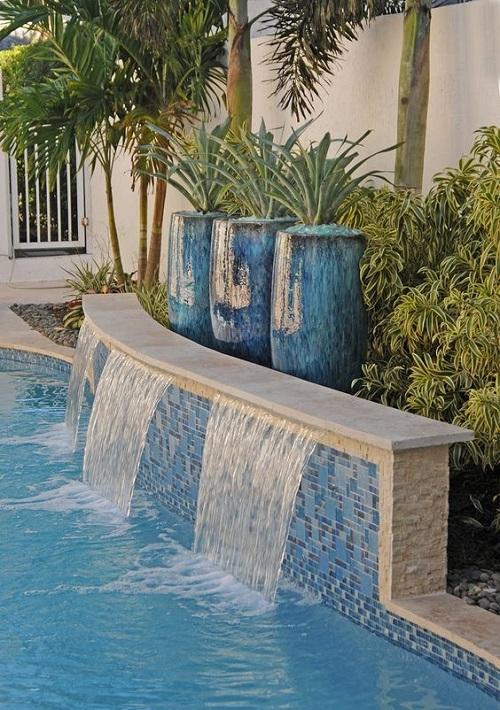Gạch mosaic thủy tinh màu xanh không gian trông thoáng đãng