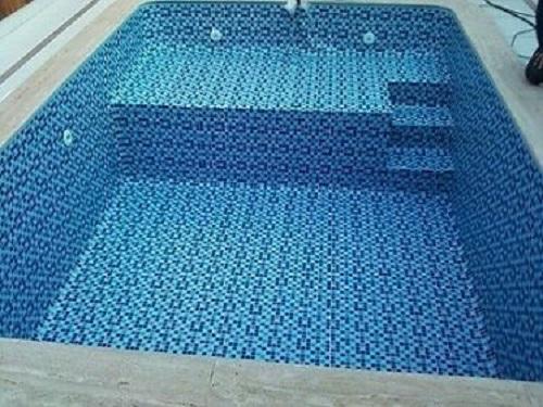 Gạch mosaic thủy tinh màu xanh không gian tươi mát.