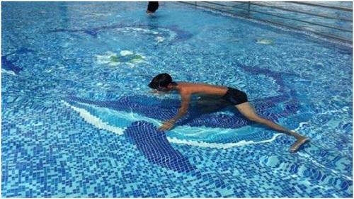 Gạch mosaic thủy tinh màu xanh tạo sự nổi bật cho không gian hồ bơi