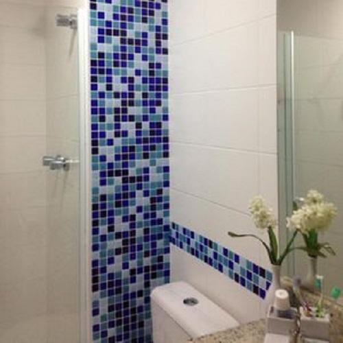 Trang trí bằng Gạch mosaic thủy tinh màu xanh cho phòng vệ sinh sang trọng