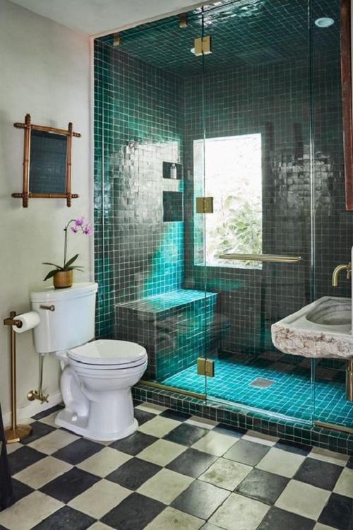 Trang trí bằng Gạch mosaic thủy tinh màu xanh cho phòng vệ sinh dễ dọn dẹp