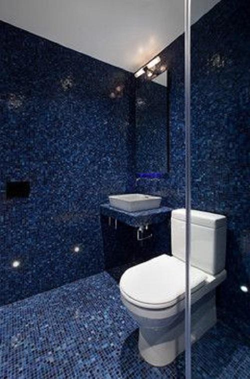 Trang trí bằng Gạch mosaic thủy tinh màu xanh cho phòng vệ sinh vẻ đẹp nổi bật