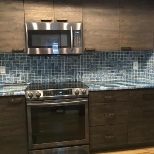 Gạch mosaic màu xanh giúp làm nổi bật các đường nét, hình khối trong căn bếp của bạn