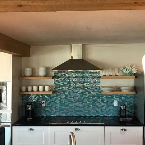 Gạch mosaic màu xanh dùng ốp bếp mang vẻ đẹp của sự bí ấn, quyến rũ