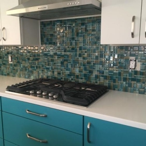 Gạch mosaic màu xanh dùng ốp bếp được nhiều người ưa chọn vì dễ lau chùi