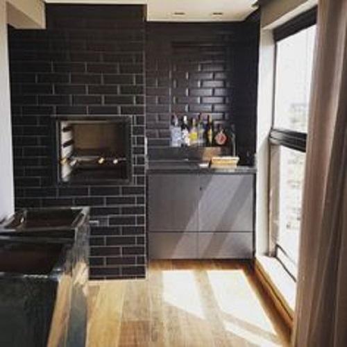 Gạch thẻ màu đen cho căn bếp vẻ đẹp tươi tắn, mới mẻ