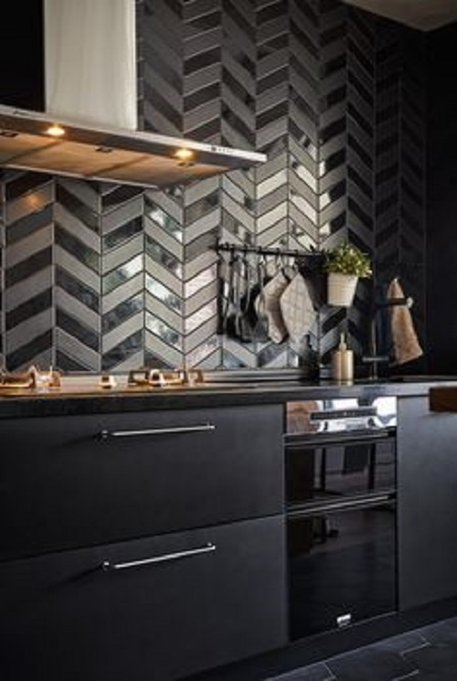 Gạch thẻ màu đen dùng ốp bếp được nhiều người ưa chọn vì dễ lau chùi