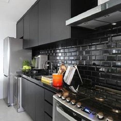 Gạch thẻ màu đen cho tường bếp đẹp lung linh