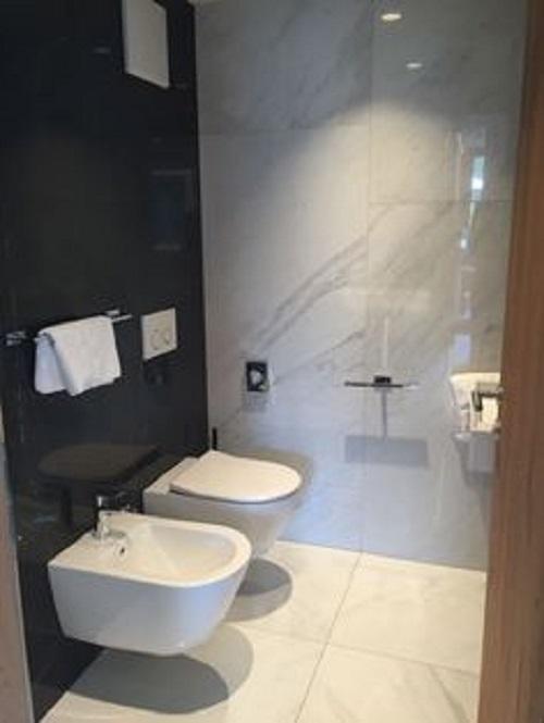 Gạch thẻ màu đen cho phòng vệ sinh như một bức tranh