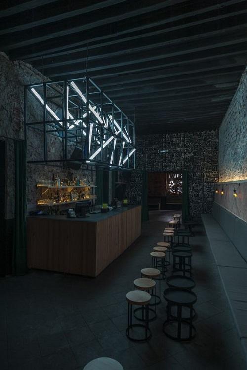 Trang trí quán cà phê bằng Gạch thẻ màu đen