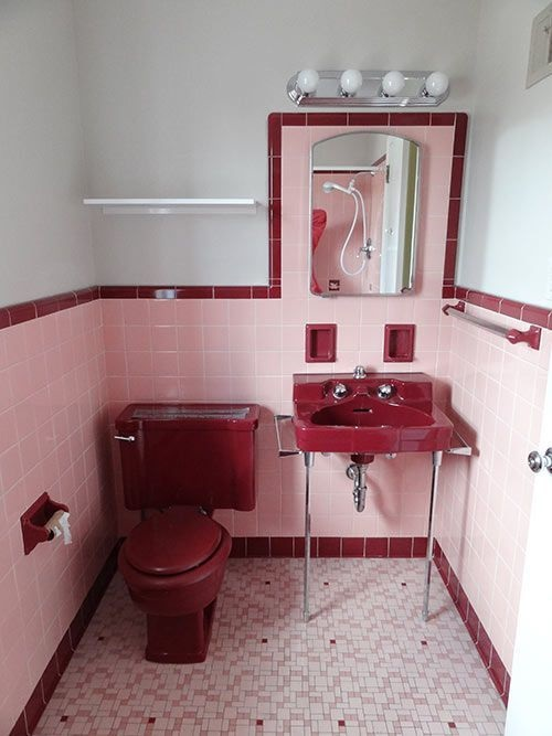 Gạch thẻ màu hồng giúp làm nổi bật phòng vệ sinh