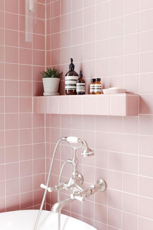 Gạch thẻ màu hồng cho phòng vệ sinh nhìn không bị chán mắt.