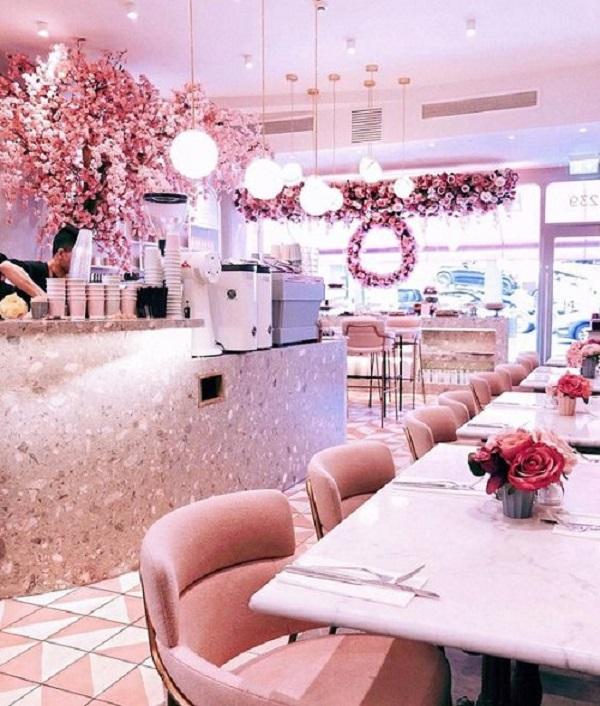Gạch thẻ màu hồng cho quán cà phê giúp cho việc vệ sinh, lau chùi dễ dàng, đơn giản hơn