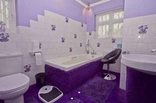 Gạch thẻ màu tím cho phòng vệ sinh và tinh tế.