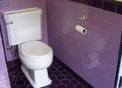 Trang trí bằng Gạch thẻ màu tím cho phòng vệ sinh dễ lau dọn