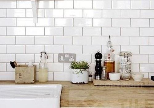 Thay vì chỉ ốp bếp bằng gạch khác, bạn có thể sử dụng Gạch thẻ màu trắng