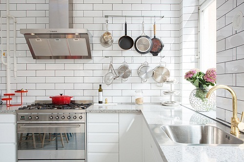 Gạch thẻ màu trắng cho tường bếp vẻ đẹp tôn quý