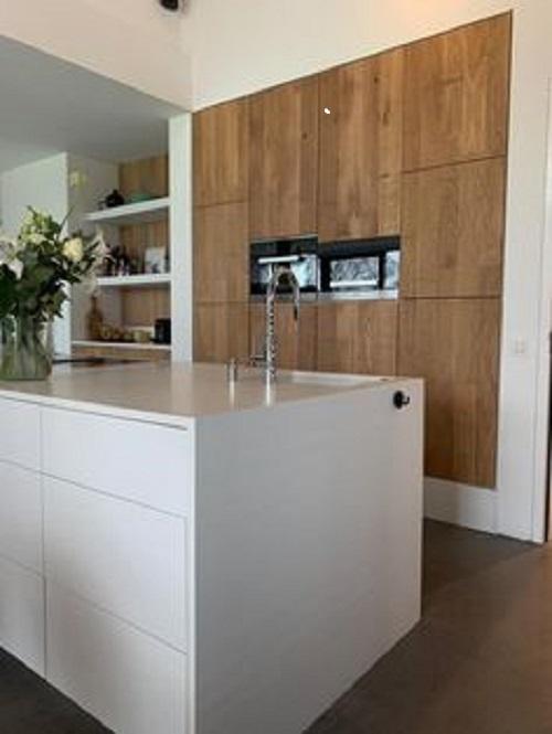 Gạch thẻ màu trắng cho phòng bếp nhiều khách hàng e ngại vì phòng bếp nhiều dầu mỡ bám bẩn. Tuy nhiên, trái ngược với lo lắng ấy, gạch thẻ màu trắng đem đến cho bếp vẻ đẹp tinh khôi.