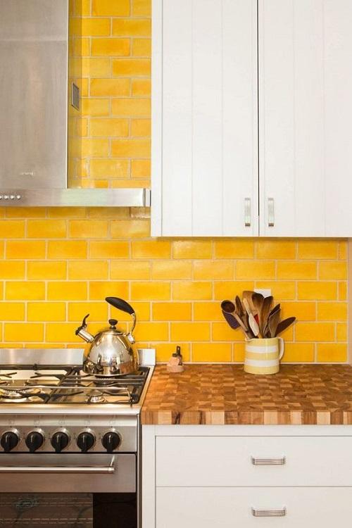 Gạch thẻ màu vàng cho tường bếp đẹp lung linh