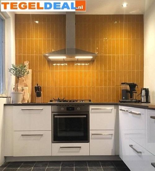 Trang trí bằng Gạch thẻ màu vàng cho phòng bếp sạch sẽ
