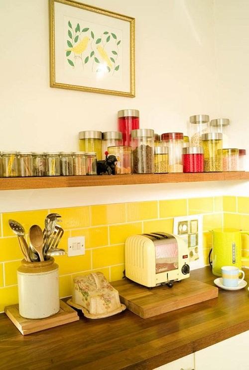 Gạch thẻ màu vàng cho phòng bếp thêm vẻ tôn quý và sang trọng