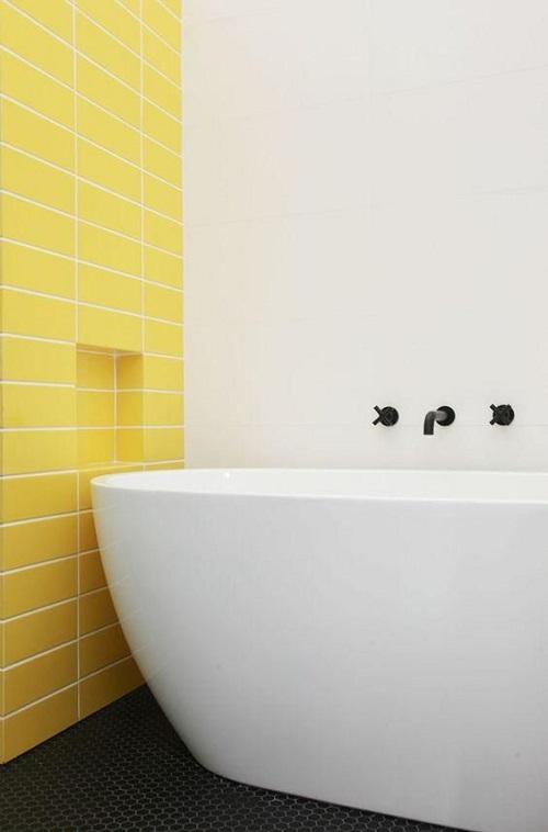 Gạch thẻ màu vàng đem tới không gian hiện đại cho phòng vệ sinh
