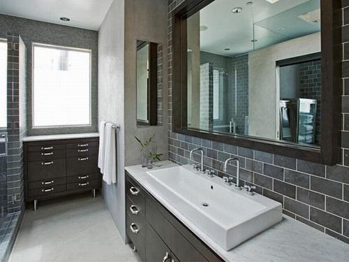 Gạch thẻ màu xám đem đến cho phòng vệ sinh cảm giác cực kỳ thoải mái khi bước vào.