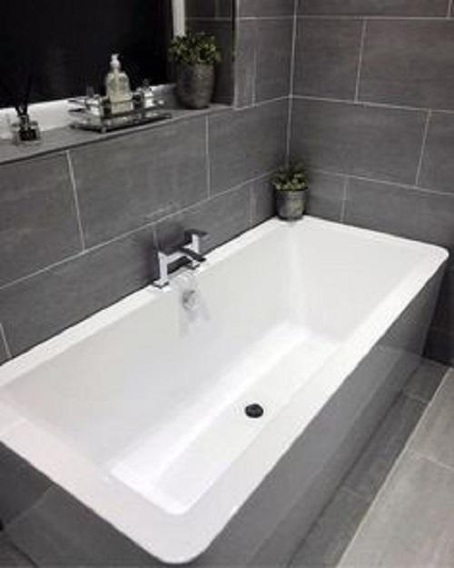 Gạch thẻ màu xám ốp tường giúp bắt sáng tốt, lại vệ sinh lau chùi rất dễ dàng