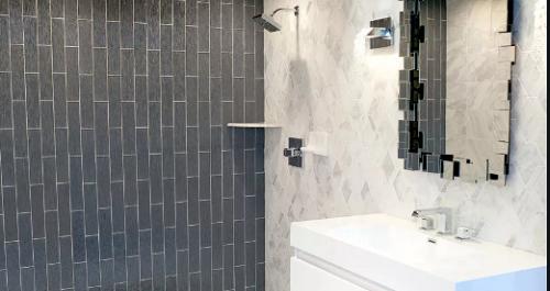 Gạch thẻ màu xám tạo ra nét dịu dàng cho phòng vệ sinh