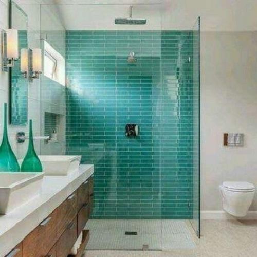 Gạch thẻ màu xanh cho phòng vệ sinh tạo cảm giác dễ chịu, tươi mát.