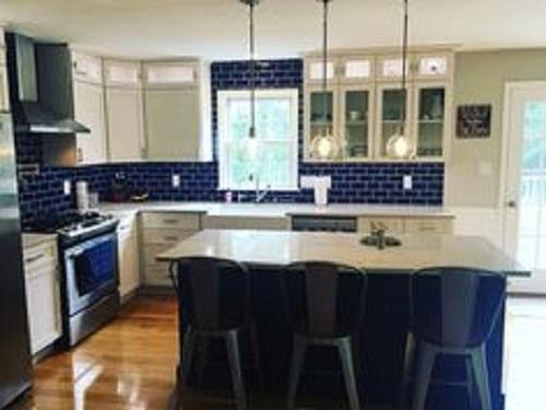 Gạch thẻ màu xanh cho phòng bếp nổi bật tràn ngập ánh sáng.