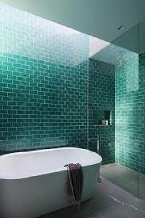 Gạch thẻ màu xanh giúp tăng thêm nét nổi trội cho phòng vệ sinh