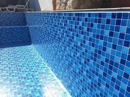 Gạch mosaic thủy tinh màu xanh không bị chán mắt.