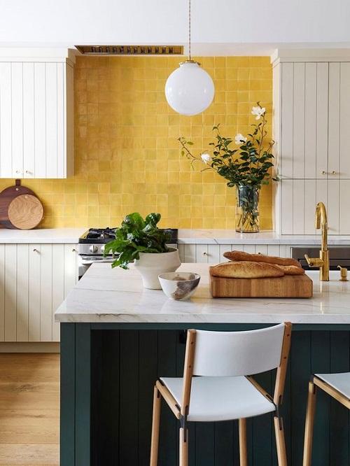Gạch thẻ màu vàng cho phòng bếp ấn tượng