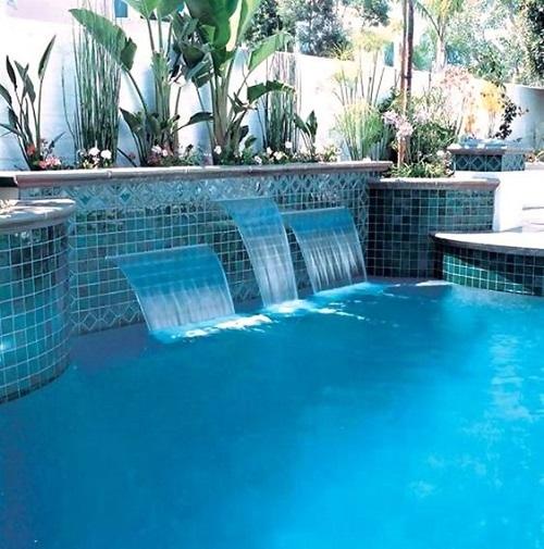 Gạch mosaic thủy tinh màu xanh thích hợp với mọi công trình bể bơi