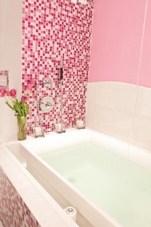 Trang trí bằng Gạch mosaic màu hồng cho phòng vệ sinh dễ dọn dẹp