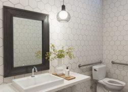 Gạch lục giác màu trắng cho không gian quán cà phê giúp tường trông ấn tượng và nghệ thuật hơn rất nhiều