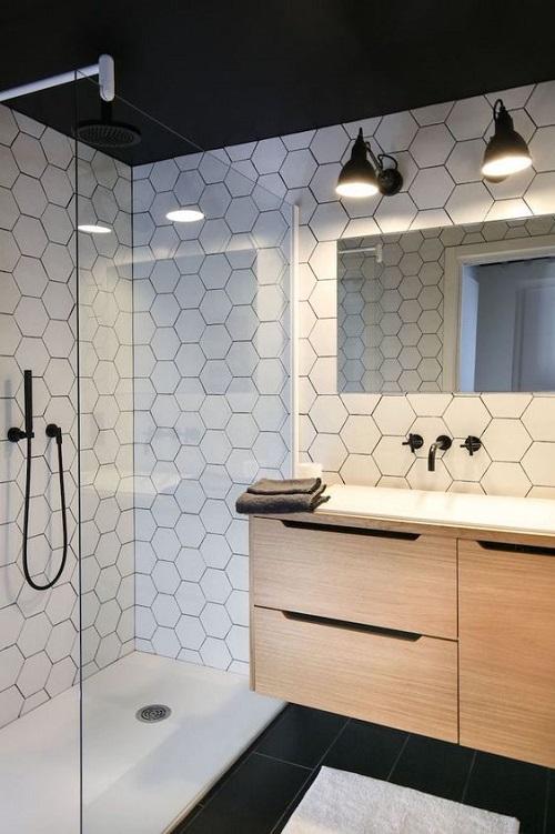 Gạch lục giác màu trắng giúp làm nổi bật phòng vệ sinh