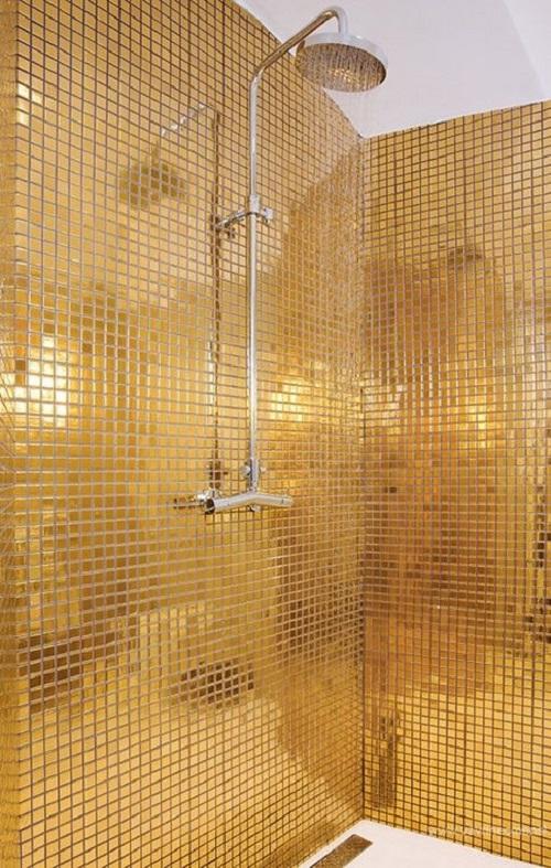 Trang trí bằng Gạch mosaic thủy tinh màu vàng cho phòng vệ sinh dễ lau dọn