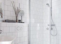 Trang trí bằng Gạch thẻ màu trắng cho phòng vệ sinh hiện đại