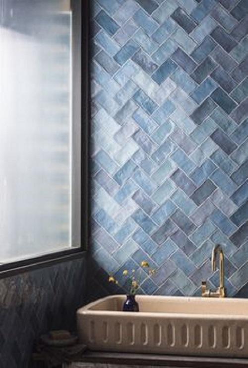 Gạch thẻ màu xanh tạo ra nét dịu dàng cho phòng vệ sinh