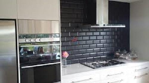 Gạch thẻ màu đen cho tường bếp vẻ đẹp tôn quý