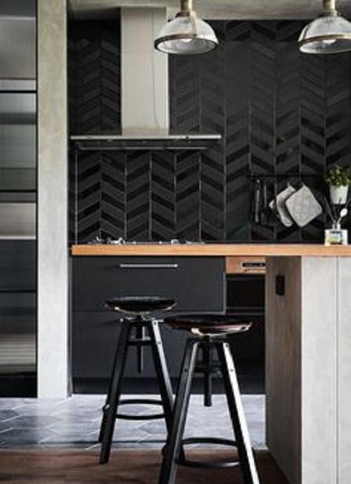 Gạch thẻ màu đen cho phòng bếp nổi bật tràn ngập ánh sáng.
