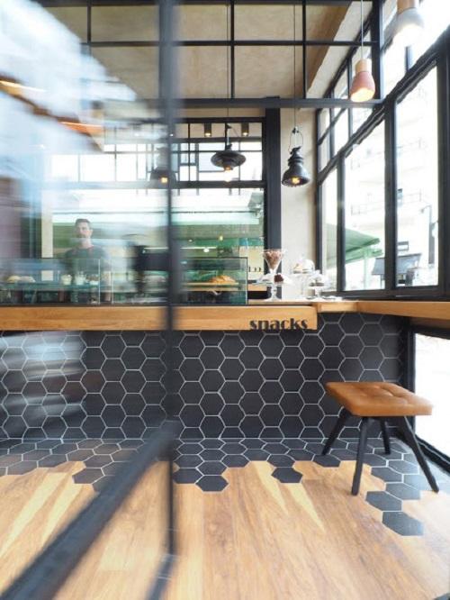 Trang trí bằng Gạch lục giác màu đen cho quán cà phê sang trọng