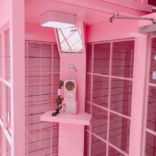 Gạch thẻ màu hồng cho quán cà phê như một bức tranh